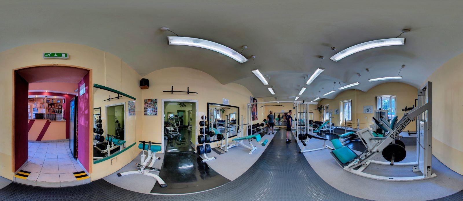Zdjęcie panoramiczne siłowni wielofunkcyjnej